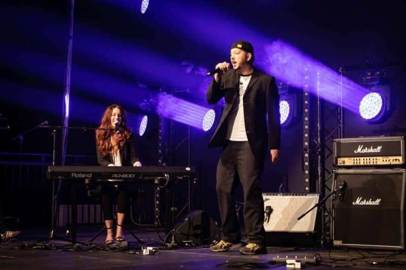 Rapper Thööö und Sängerin Omnitah beim Auftritt