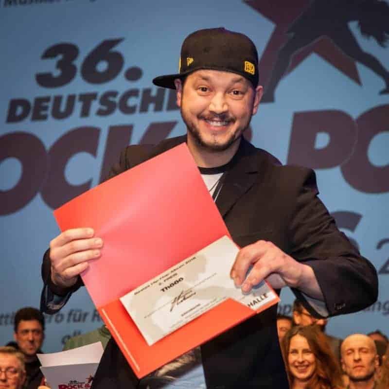 Rapper Thööö mit Siegerurkunde